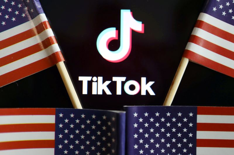 © Reuters. FILE PHOTO: Illustration picture of Tiktok with U.S. flags