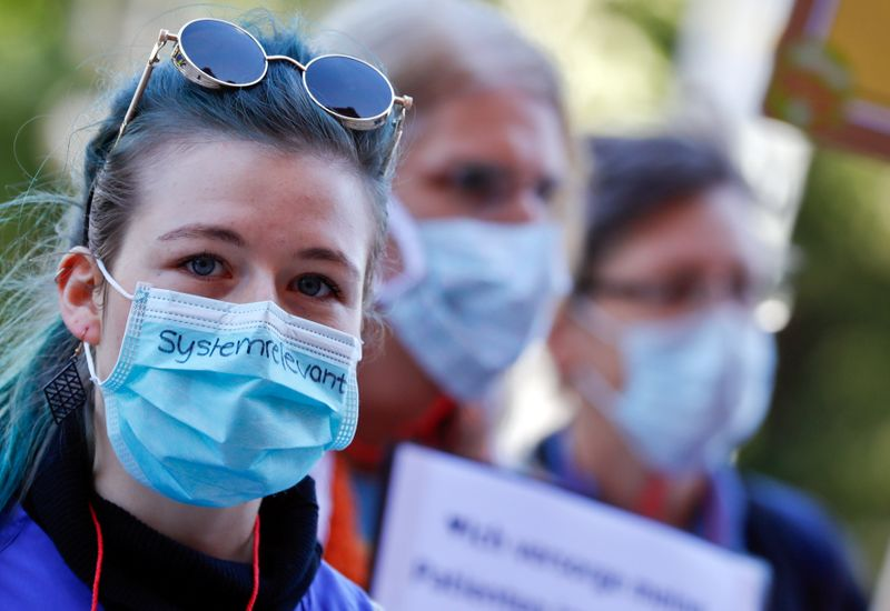 © Reuters. FILE PHOTO: German nurses and nursing staff demonstrate for higher pay and better working conditions amid the coronavirus outbreak