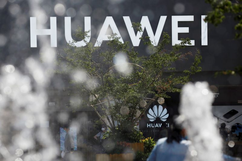 © Reuters. FILE PHOTO: Huawei sign is seen on its store at a shopping complex in Beijing