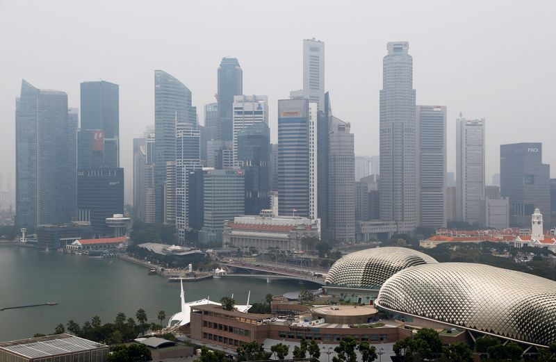 © Reuters. FILE PHOTO: The financial district is seen shrouded by haze in Singapore