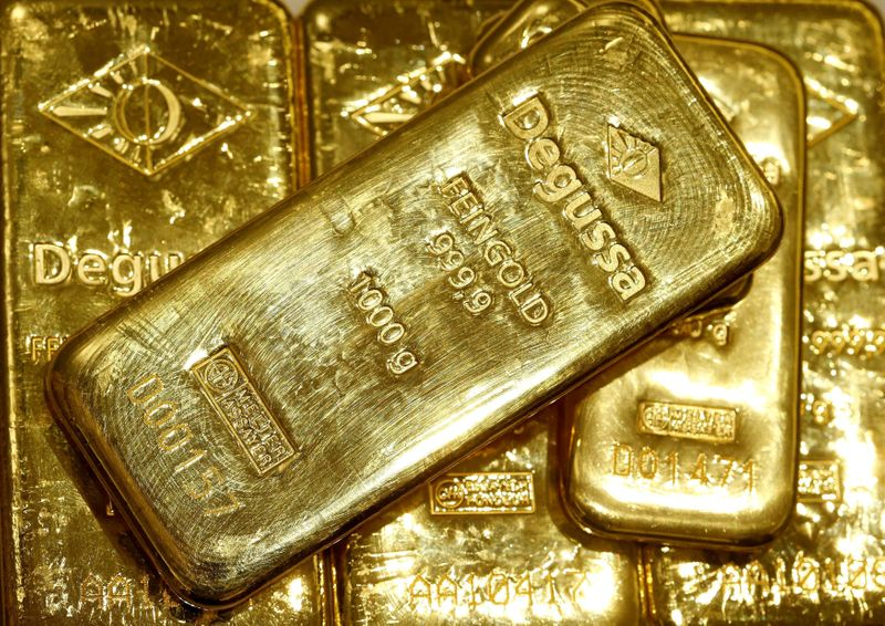 © Reuters. FILE PHOTO: Gold bars are seen in the vault of the branch office of precious metal trader Degussa in Zurich