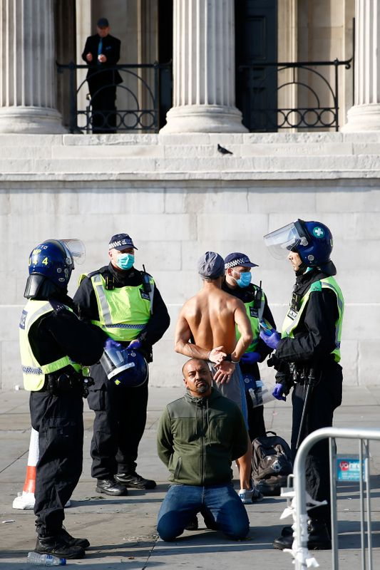 © Reuters. People gather in Trafalgar Square to protest against the lockdown imposed by the government, in London