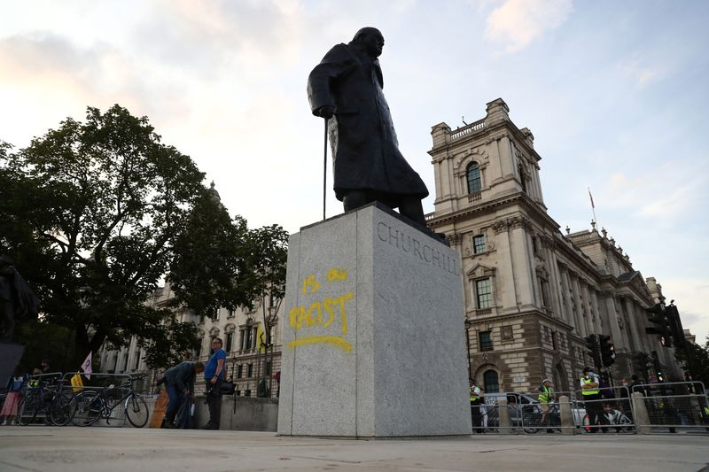 © Reuters. A graffiti is seen on the statue of Winston Churchill, in London