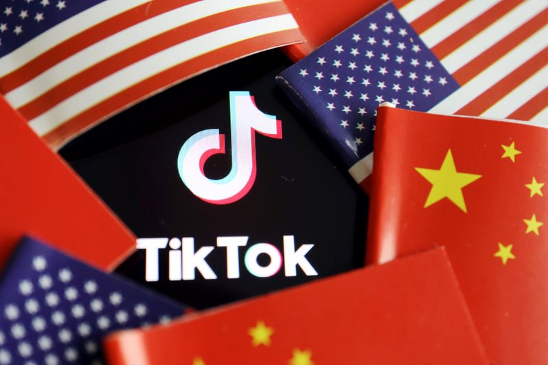 © Reuters. FILE PHOTO: Illustration picture of Tiktok with U.S. and Chinese flags