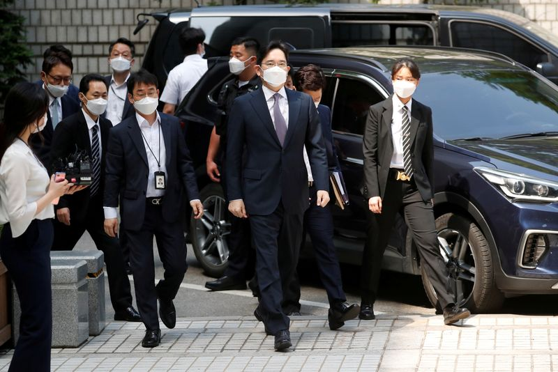 © Reuters. FILE PHOTO: Samsung Group heir Jay Y. Lee arrives for a court hearing to review a detention warrant request against him at the Seoul Central District Court in Seoul
