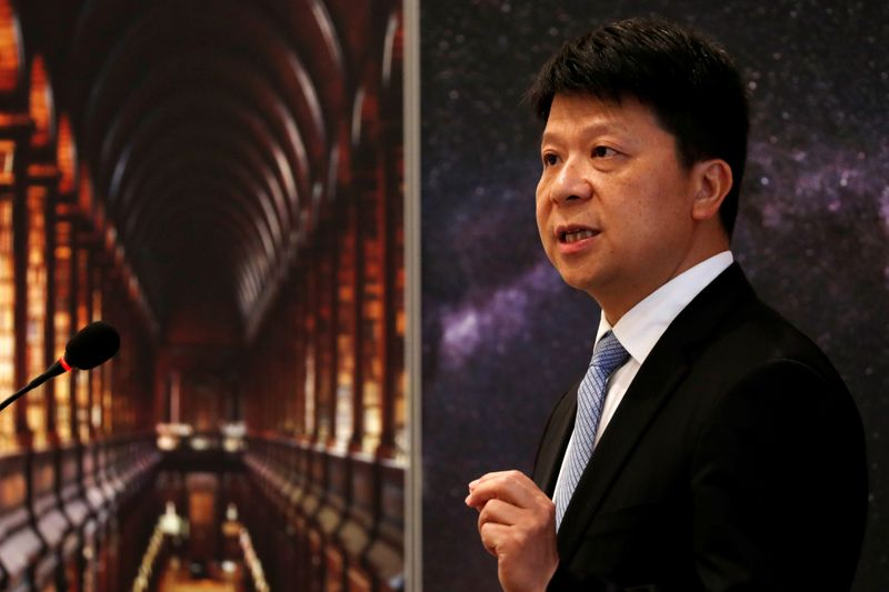© Reuters. FILE PHOTO: Huawei's Rotating Chairman Guo Ping speaks during a news conference in Shenzhen