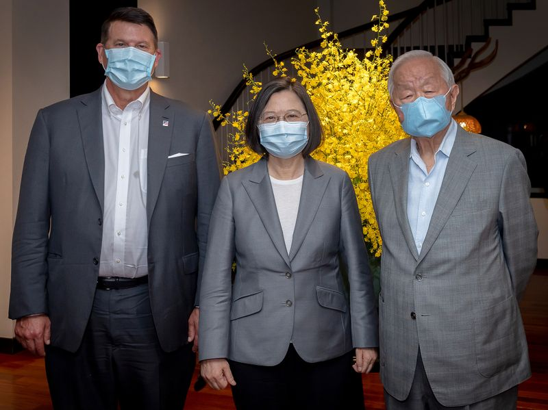 © Reuters. Tsai Ing-wen, Keith Krach and Morris Chang attend a banquet for the U.S. delegation in Taipei
