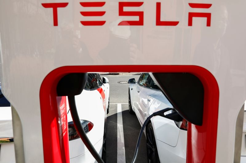 © Reuters. Tesla managers demonstrate V3 superchargers on German research campus in Berlin