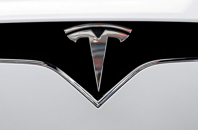© Reuters. FILE PHOTO: FILE PHOTO: The Tesla logo is seen on a car at Tesla's showroom in Manhattan's Meatpacking District in New York