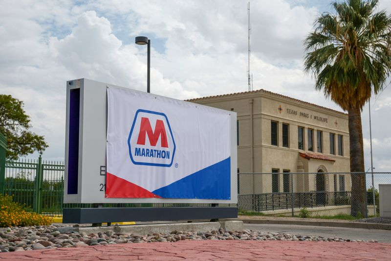 © Reuters. A Marathon Petroleum banner covers an Andeavor sign outside the El Paso refinery in El Paso