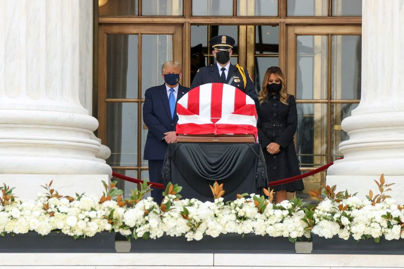 © Reuters. Late U.S. Supreme Court Justice Ginsburg lies in repose in Washington
