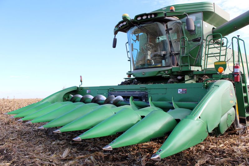 © Reuters. FILE PHOTO: A farmer's corn harvesting combine is seen during the corn harvest in Eldon, Iowa