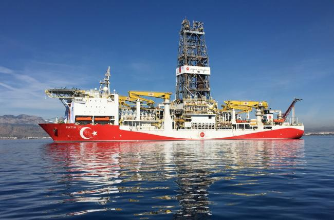 © Bloomberg. The Fatih oil drilling ship prepares to sail to the contested waters of the Mediterranean Sea for oil and gas drilling operations near Anatalya, Turkey, on Tuesday, Oct. 30, 2018. Turkey's first deep-sea drilling ship, flanked by Turkish war vessels, set sail Tuesday looking for natural gas and oil in contested waters of the Mediterranean, a launch liable to exacerbate longstanding tensions with Greece.