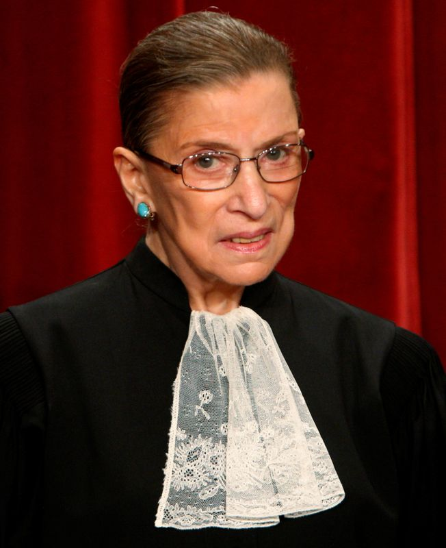 © Reuters. FILE PHOTO: U.S. Supreme Court Justice Ruth Bader Ginsburg poses for an official photograph with the other Justices at the Supreme Court in Washington