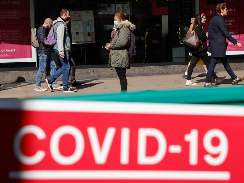 © Reuters. Shoppers are seen on Oxford Street amid the coronavirus disease (COVID-19) outbreak in London.