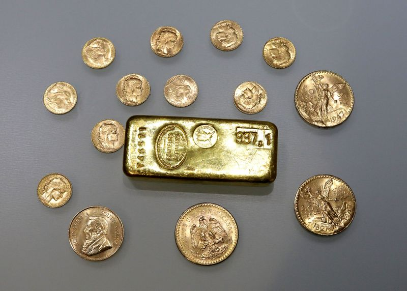 © Reuters. FILE PHOTO: A gold ingot and gold coins are seen in this illustration picture