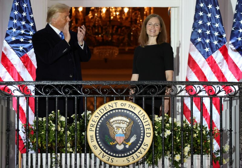 © Reuters. FILE PHOTO: Judge Amy Coney is sworn in as an associate justice of the U.S. Supreme Court at the White House in Washington
