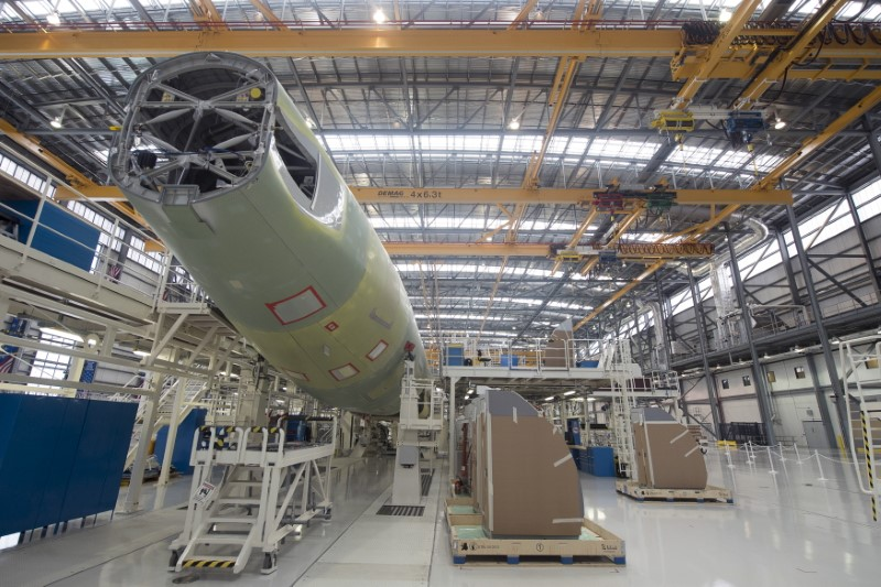 © Reuters. FILE PHOTO:  An Airbus A321 is being assembled in the final assembly line hangar at the Airbus U.S. Manufacturing Facility in Mobile
