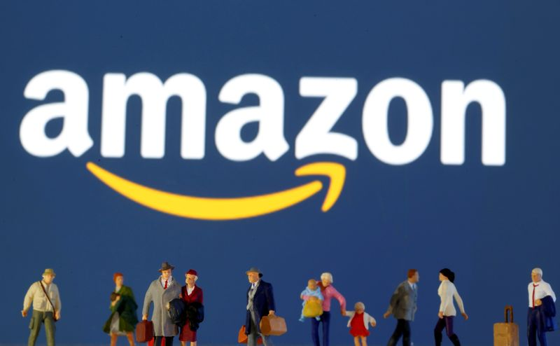 © Reuters. FILE PHOTO: Small toy figures are seen in front of diplayed Amazon logo