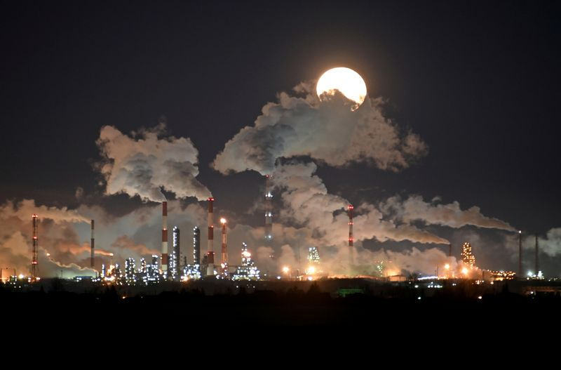 © Reuters. FILE PHOTO: Full moon rises over the Gazprom Neft's oil refinery in Omsk