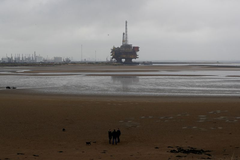 © Reuters. FILE PHOTO: Shell's Brent Delta oil platform is towed into Hartlepool