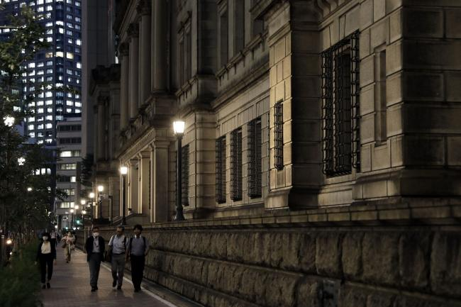 © Bloomberg. Pedestrians walk past the Bank of Japan (BOJ) headquarters at dusk in Tokyo, Japan, on Monday, Sept. 14, 2020. The Bank of Japan left its bond-purchase amount unchanged at a regular operation on Monday. Photographer: Kiyoshi Ota/Bloomberg