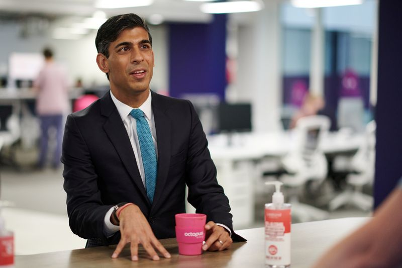 © Reuters. FILE PHOTO: Britain's Chancellor of the Exchequer Rishi Sunak visits Octopus Energy, in London