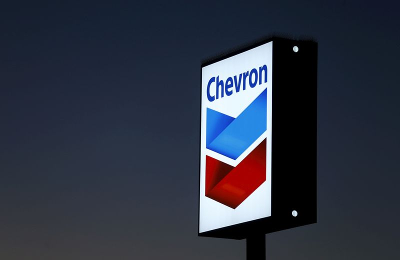 © Reuters. FILE PHOTO: A Chevron gas station sign in Cardiff, California