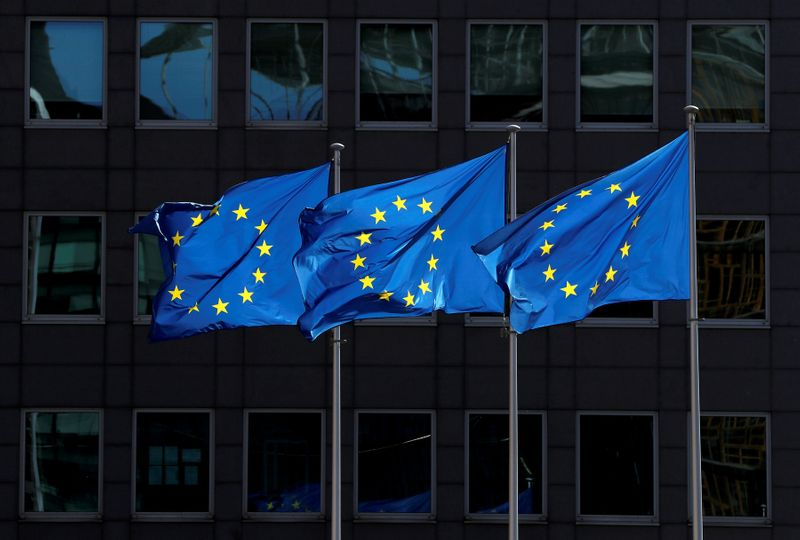 © Reuters. FILE PHOTO: European Union flags flutter outside the European Commission headquarters in Brussels, Belgium