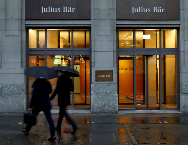 © Reuters. FILE PHOTO: People walk past a branch of Swiss bank Julius Baer in Zurich
