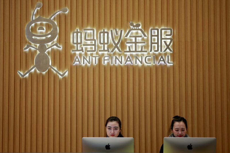 © Reuters. FILE PHOTO: FILE PHOTO: Employees are seen at the reception desk of Ant Financial Services Group at its headquarters in Hangzhou