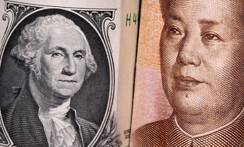 © Reuters. FILE PHOTO:  Chinese Yuan and U.S. dollar banknotes are seen in this illustration