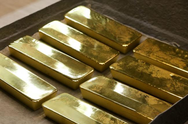 © Bloomberg. Freshly cast gold ingot bars sit on a trolley following manufacture at the JSC Krastsvetmet non-ferrous metals plant in Krasnoyarsk, Russia, on Tuesday, Nov. 5, 2019. Gold headed for the biggest weekly loss in more than two years as progress in U.S-China trade talks hammered demand for havens and sent miners' shares tumbling. Photographer: Andrey Rudakov/Bloomberg
