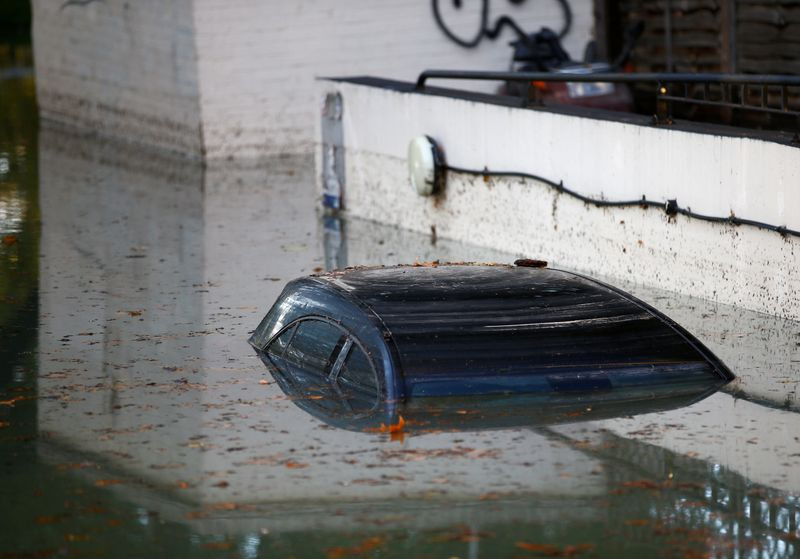 © Reuters. FILE PHOTO: A car is submerged after a water supply pipe burst in the Hackney district of London