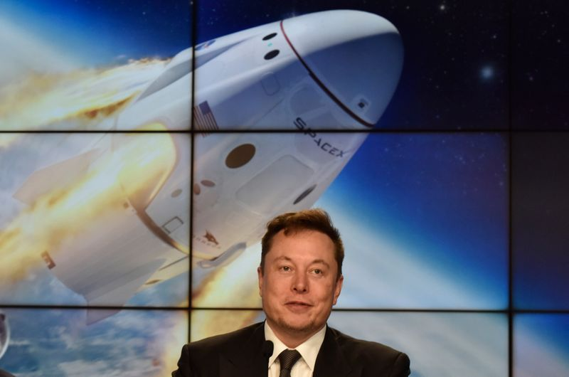 © Reuters. SpaceX founder and chief engineer Elon Musk attends a post-launch news conference to discuss the  SpaceX Crew Dragon astronaut capsule in-flight abort test at the Kennedy Space Center