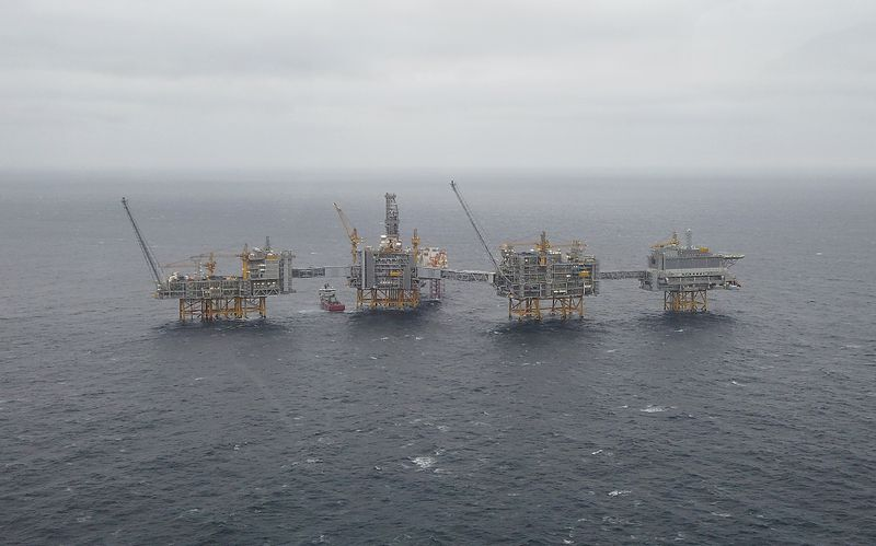 © Reuters. FILE PHOTO: A general view of the Equinor's Johan Sverdrup oilfield platforms in the North Sea