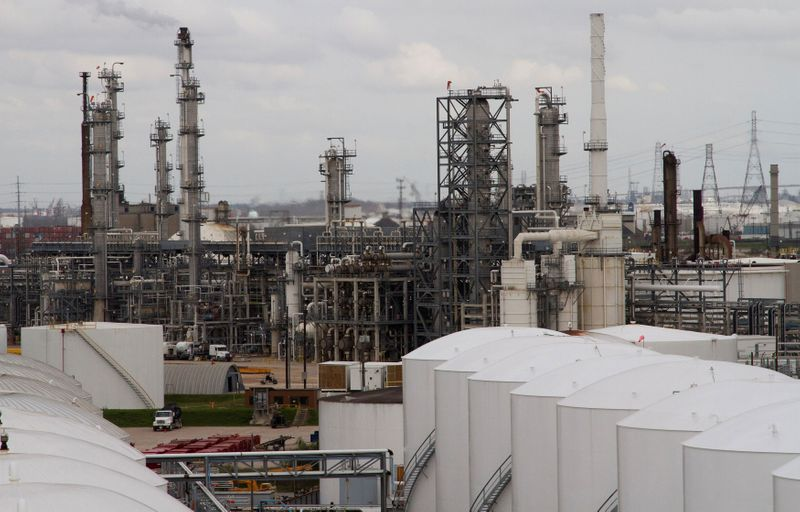 © Reuters. FILE PHOTO: An oil refinery and storage facility is pictured south of downtown Houston