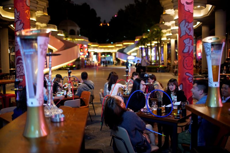 © Reuters. FILE PHOTO:  People drink beer at a bar as the coronavirus disease (COVID-19) outbreak continues in Shanghai