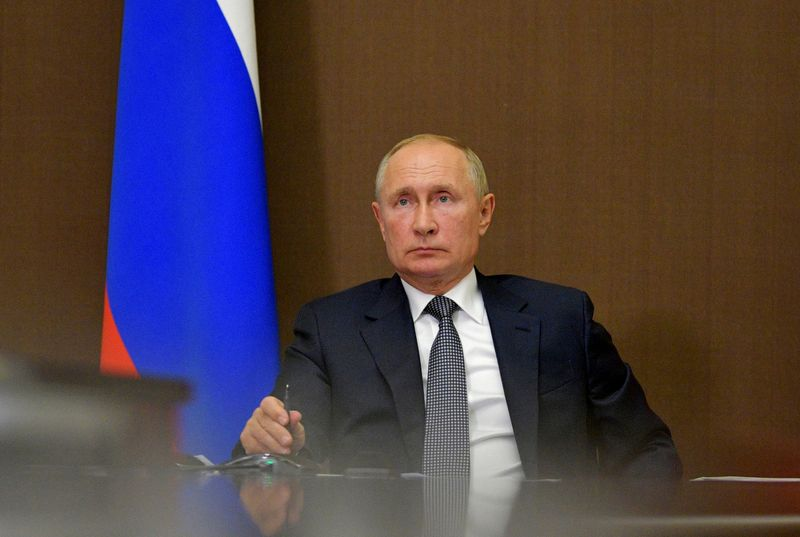 © Reuters. FILE PHOTO: Russian President Vladimir Putin chairs a meeting via video conference call in Sochi, Russia