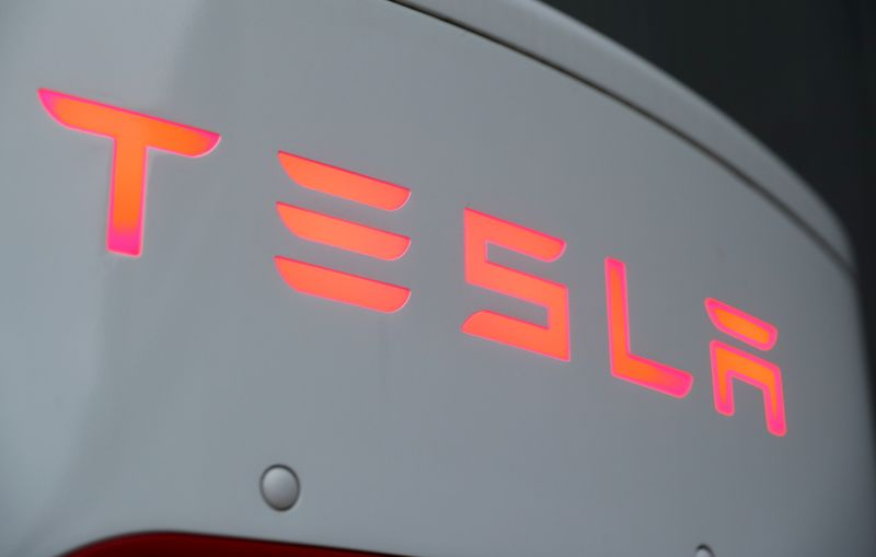 © Reuters. The logo of Tesla is seen at a Tesla Supercharger station in Dietikon