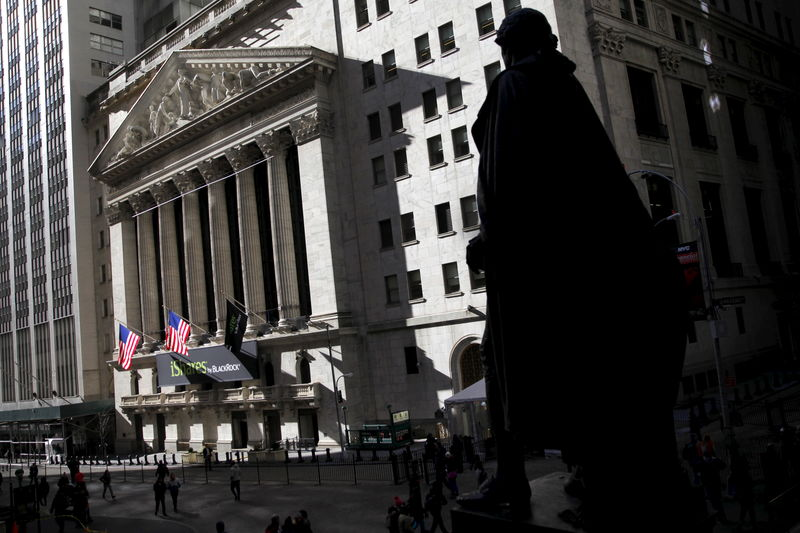 © Reuters.  U.S. shares lower at close of trade; Dow Jones Industrial Average down 2.29%