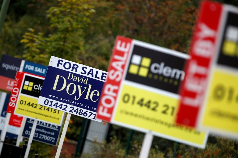 © Reuters. FILE PHOTO:  Estate agents' boards are displayed, amid the spread of the coronavirus disease (COVID-19), in Apsley, Hertfordshire