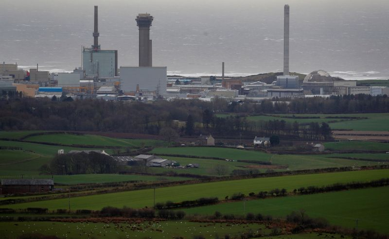 © Reuters. FILE PHOTO: A general view shows the Sellafield nuclear plant near Whitehaven in Britain