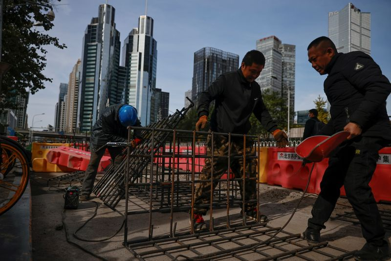 © Reuters. Workers weld iron grids at a construction site in the Central Business District (CBD) following an outbreak of the coronavirus disease (COVID-19) in Beijing