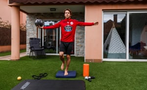 Keko Gontán exercises at home on the morning of the match.