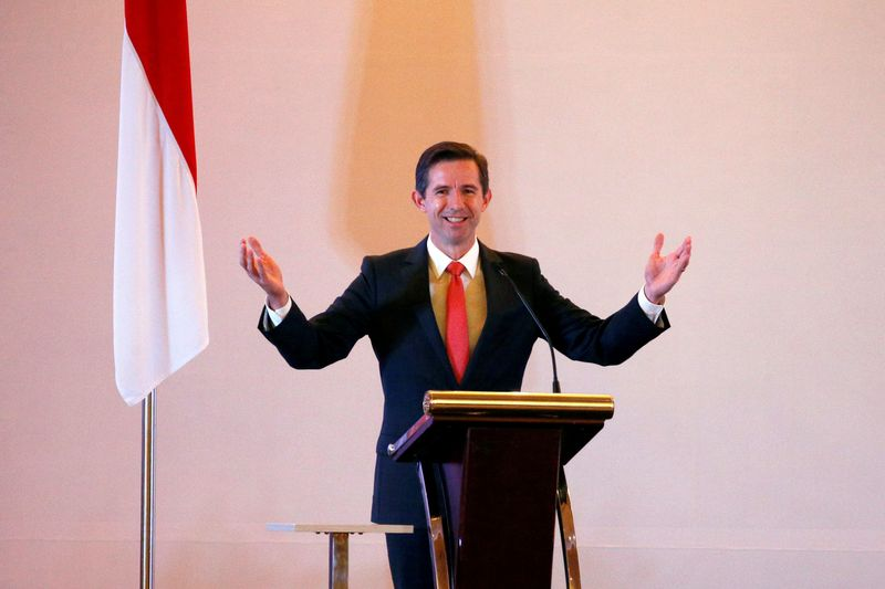 © Reuters. FILE PHOTO: Australia's Minister of Trade, Tourism and Investment Simon Birmingham gestures as he speaks during a signing ceremony with Indonesia's Trade Minister in Jakarta