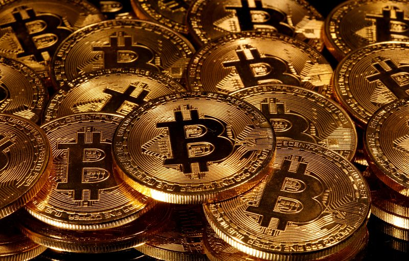 © Reuters. FILE PHOTO:Representations of virtual currency Bitcoin are seen in this picture illustration