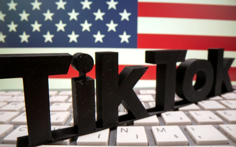 © Reuters. FILE PHOTO: A 3D printed TikTok logo is placed on a keyboard in front of U.S. flag in this illustration