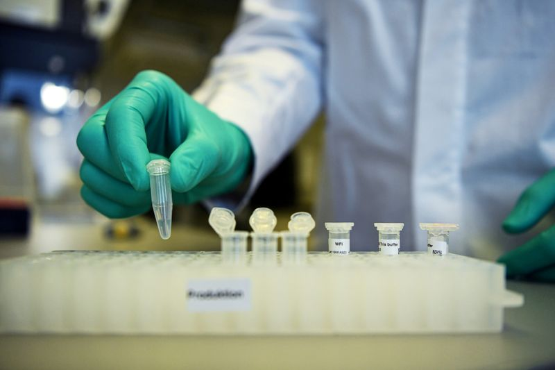 © Reuters. FILE PHOTO: Employee Philipp Hoffmann, of German biopharmaceutical company CureVac, demonstrates research workflow on a vaccine for the coronavirus (COVID-19) disease at a laboratory in Tuebingen
