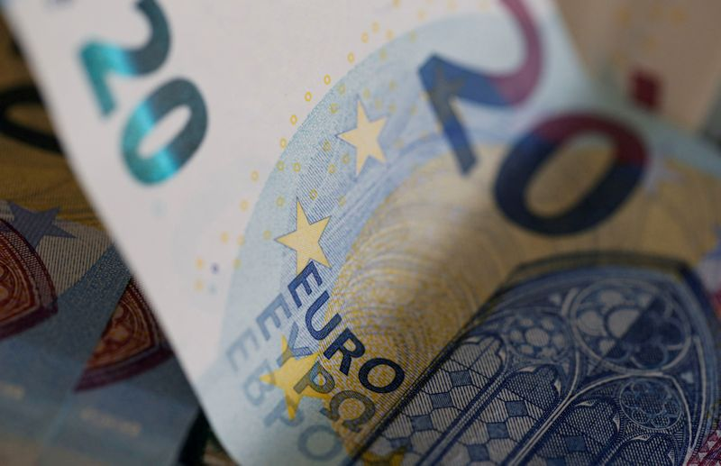 © Reuters. FILE PHOTO: Euro banknotes are seen in a picture illustration